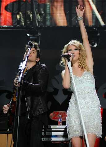 John Mayer and Taylor Swift perform onstage during Z100's Jingle Ball 2009 at Madison Square Garden on December 11, 2009 in New York City. Photo: Getty Images