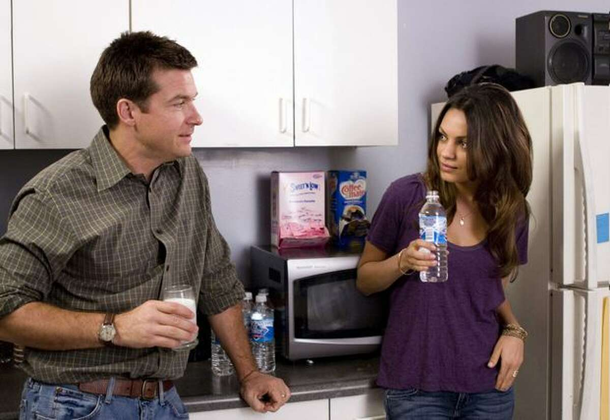 Jason Bateman as Joel and Mila Kunis as Cindy in