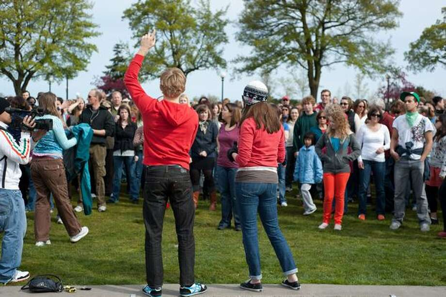 "Bobby Bonsey, center left, and Beth Meberg, center right, lead the crowd through the dance steps at Cal Anderson Park in Capitol Hill. During a flashmob on April 10, 2010 in Seattle, over 1,000 ""Gleeks"" paid tribute to the show with a synchronized dance performance. Photo: Seattlepi.com"