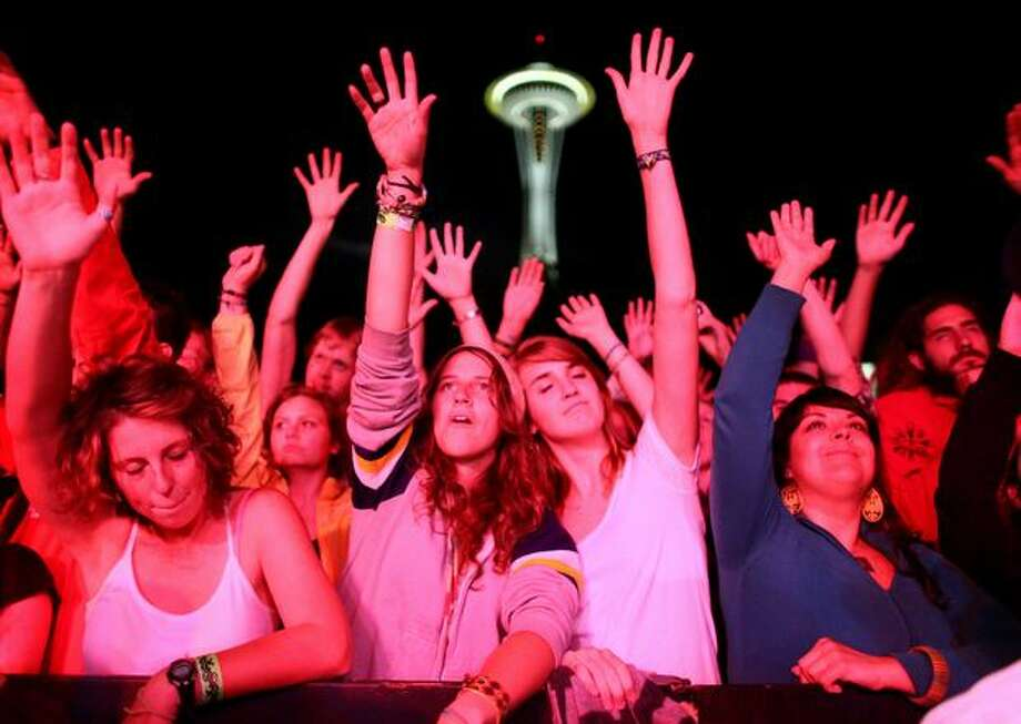 From left, Laura Jones, 20, Hallie Sinclair, 19, and Lisa Sulenes, 19, are among the large crowd swaying to the music of hip hop group De La Soul at the Fischer Green Stage during Bumbershoot 2009 on Saturday at the Seattle Center. Photo: Joshua Trujillo, Seattlepi.com