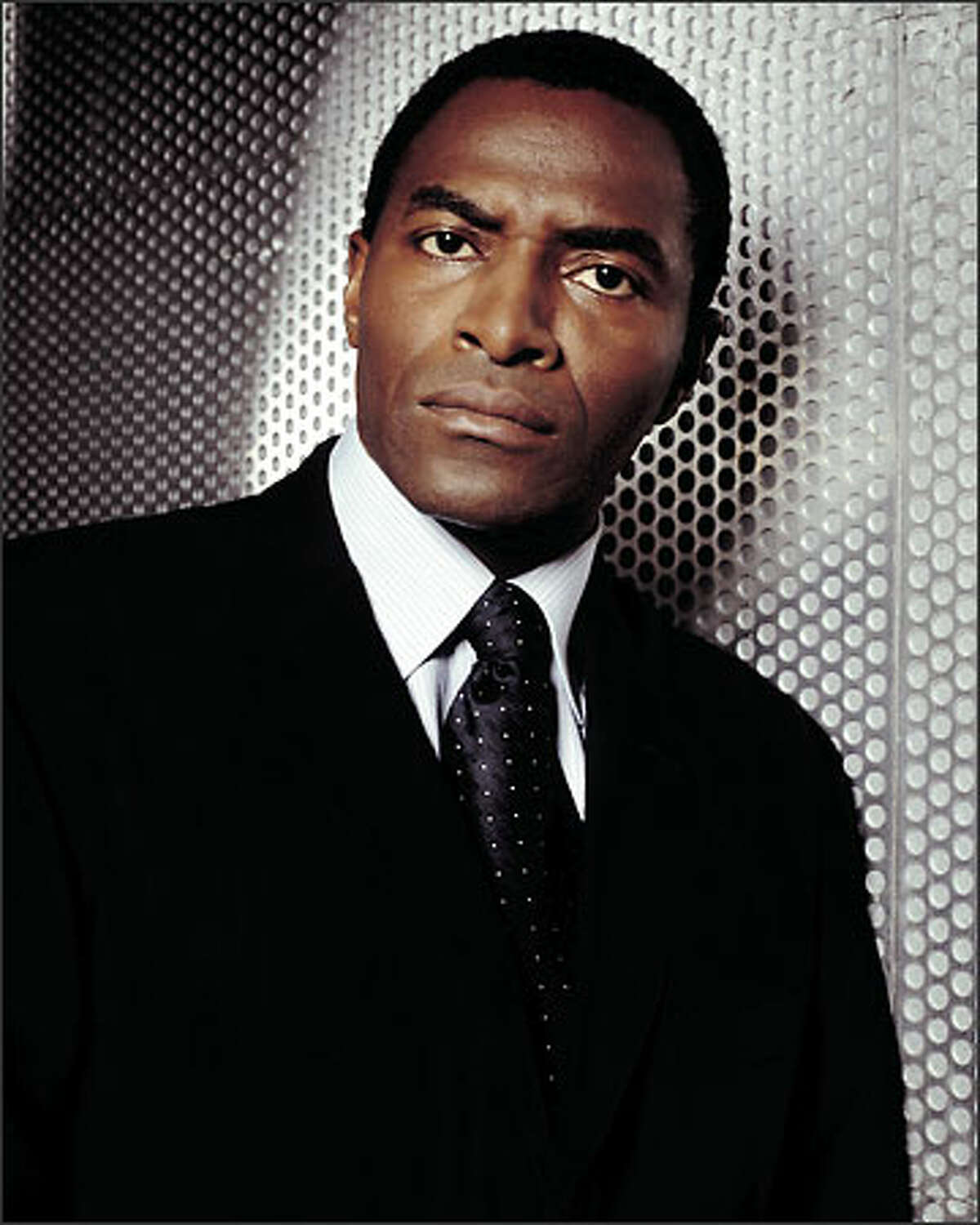 Sydney's one-time partner, Marcus Dixon (Carl Lumbly), has moved up the ladder at the CIA.