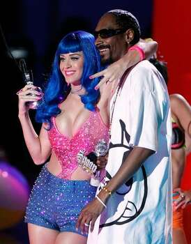 Katy Perry (L) and Snoop Dogg perform onstage. Photo: Getty Images