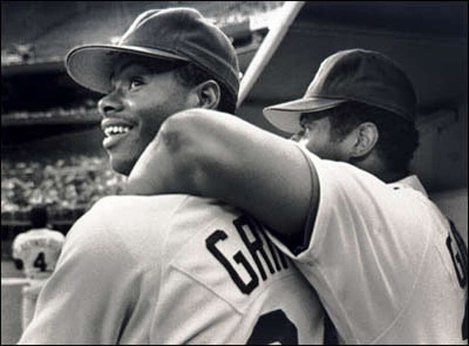 Ken Griffey Jr. gets a hug from dad. Photo: Seattle Post-Intelligencer