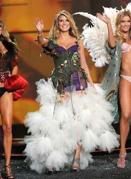 Models Heidi Klum and Doutzen Kroes wave to the audience. Photo: Getty Images