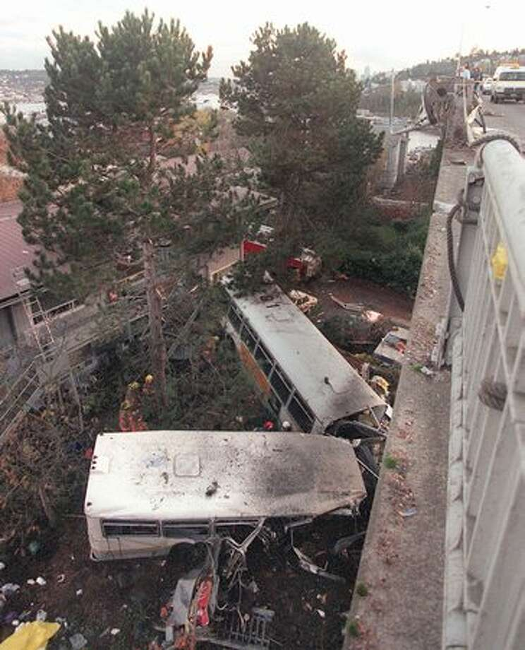 A metro bus drove off the Aurora Bridge and landed on top of an apartment building on November 27, 1998. (Robin Layton/P-I) Photo: P-I File