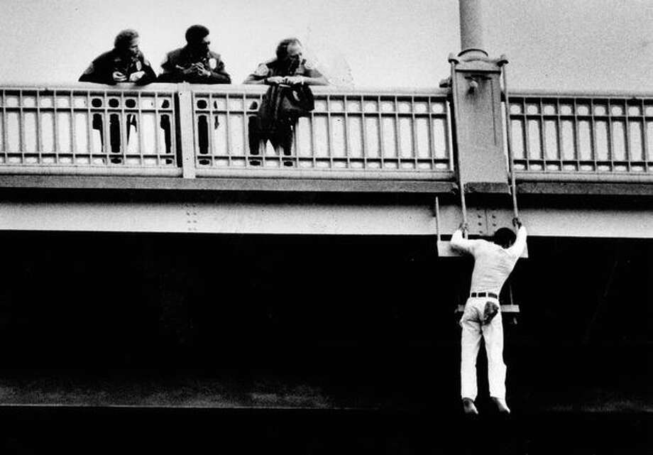 Police try to dissuade a jumper on the Aurora Bridge on September 29, 1981. (Photo by Benjamin Benschneider/P-I) Photo: P-I File