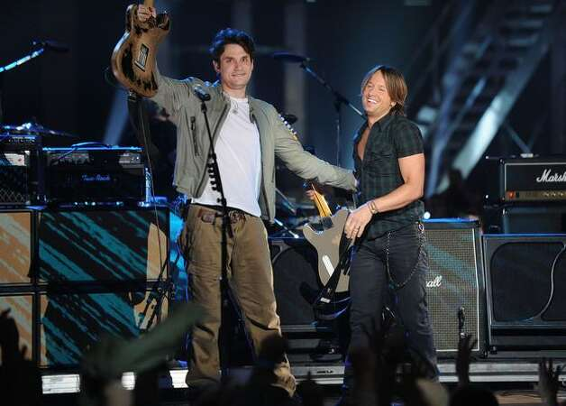 Musicians John Mayer and Keith Urban perform onstage. Photo: Getty Images