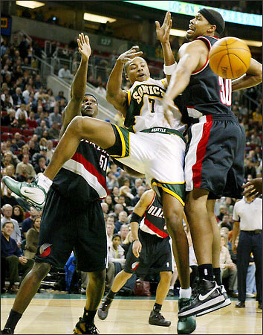Rashard Lewis battles for an offensive rebound with the Blazers Bonzie Wells and Rasheed Wallace.