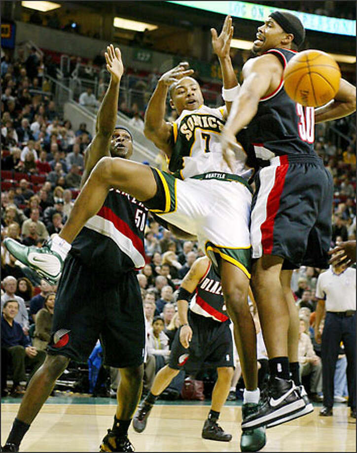 Rashard Lewis battles for an offensive rebound with the Blazers Bonzie Wells and Rasheed Wallace. Photo: Paul Joseph Brown, Seattle Post-Intelligencer