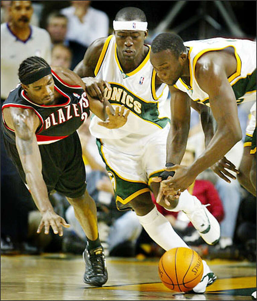 Antonio Daniels and Reggie Evans battle for a loose ball with the Blazers' Jeff McInnis.