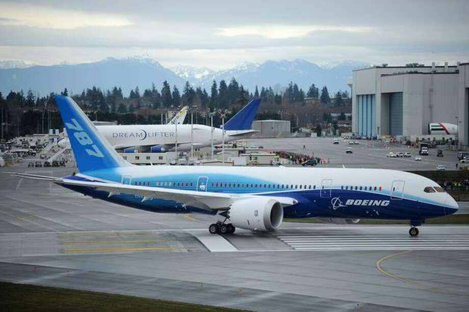 Boeing's 787 Dreamliner taxis down the runway to make its first flight at Paine Field in Everett. Photo: Thom Weinstein, Seattlepi.com