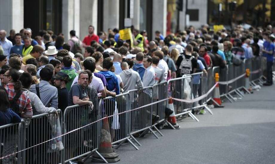 Shoppers line up for the iPhone 4 outside an Apple store in central London on June 24, 2010. Photo: Getty Images
