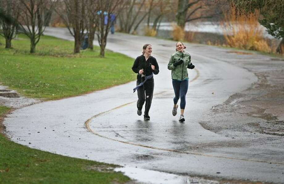 Annelise Pedersen and Jenny Hurst along the Green Lake path in January 2008. (Dan DeLong/Seattlepi.com file) Photo: P-I File