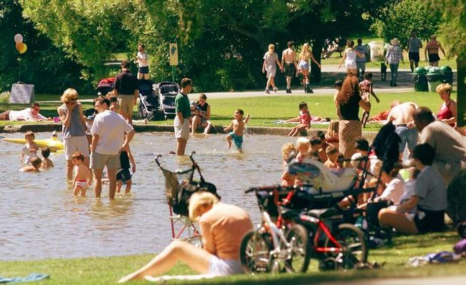 Sunny weather brought people out to enjoy Green lake wading pondm on Aug. 22 1999. Photo: P-I File
