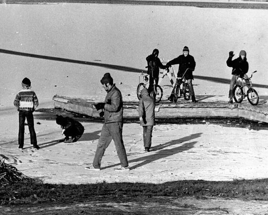 The original caption read: Green Lake in Seattle's North End was almost completely frozen over yesterday and police efforts to keep people off the lake were only successful when the patrol car was nearby. Dec. 10, 1972. (Bob Miller/Seattlepi.com file) Photo: P-I File