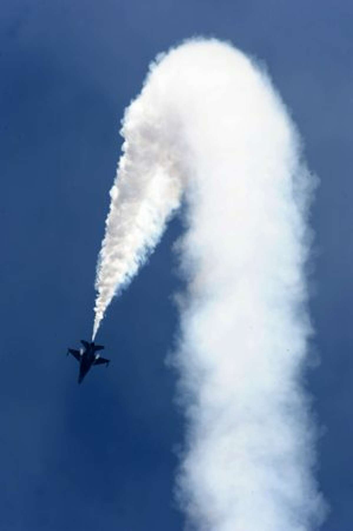 A Republic of Singapore Air Force F-16 performs during a flight display at the Singapore Airshow 2010 on Feb. 2, 2010.
