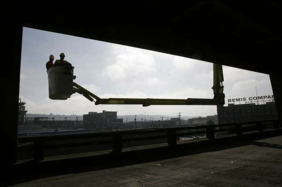 Bridge inspectors give the viaduct a semiannual inspection on Oct. 13, 2007. Photo: P-I File