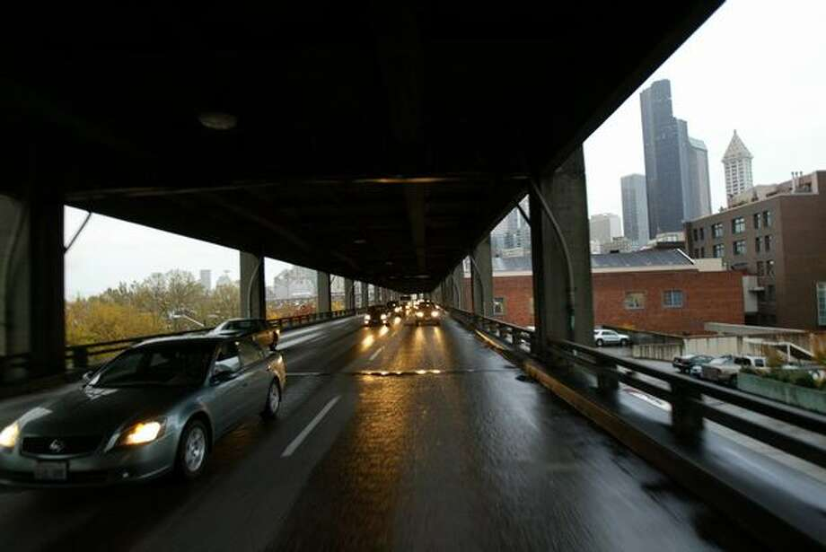 Traffic travels along the lower-deck of the viaduct at the beginning of the afternoon commute, Oct. 23, 2007. Photo: P-I File