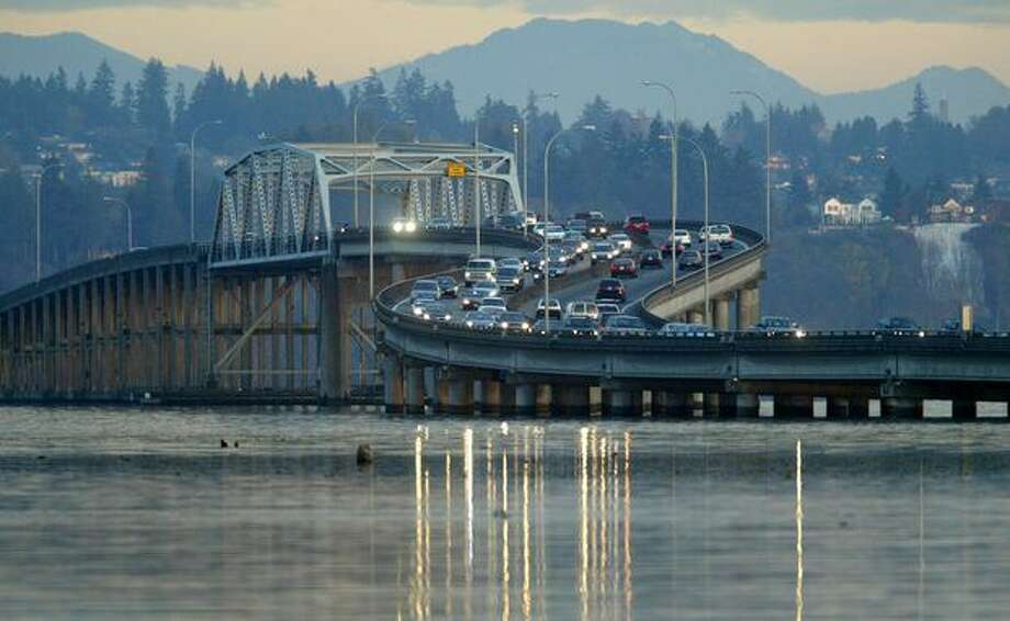Traffic crosses the elevated approach of the 520 floating bridge over Lake Washington, Nov. 2, 2007. Photo: P-I File