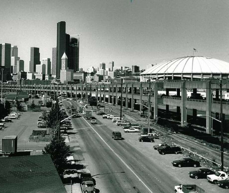 The Alaskan Way viaduct, curving southward along the waterfront from the Battery Street tunnel to the industrial area, Oct. 18, 1989. Photo: P-I File