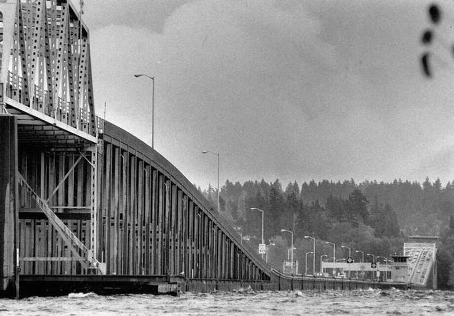 The 520 bridge looking East, Oct. 26, 1989. Photo: P-I File