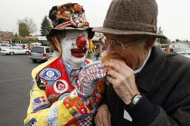 Seattle icon J.P. Patches feeds a burger to Dick's Drive-In namesake, April 27, 2007. Photo: P-I File