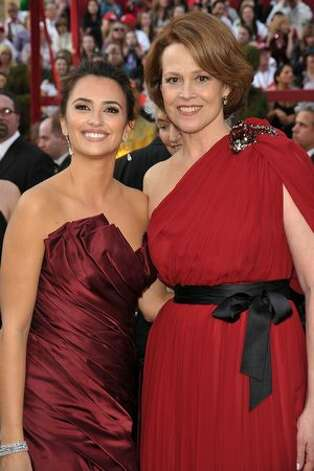 Actresses Penelope Cruz (L) and Sigourney Weaver arrive at the 82nd Annual Academy Awards held at Kodak Theatre in Hollywood, California. Photo: Getty Images