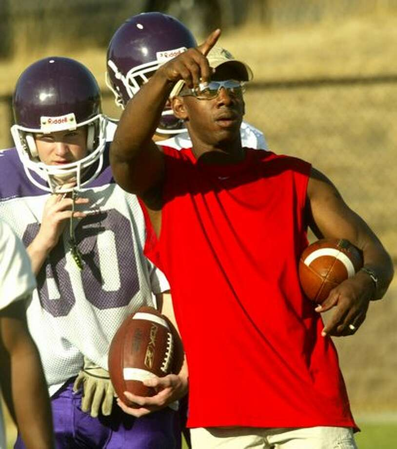 Former NFL and Garfield High player Anthony Allen talks about receiver routes during practice in his role as co-head coach, September 2006. Photo: P-I File