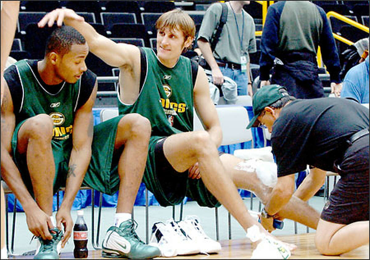 Sonics guard Brent Barry pats the head of teammate Rashard Lewis during the team's workout at Saitama Super Arena yesterday.