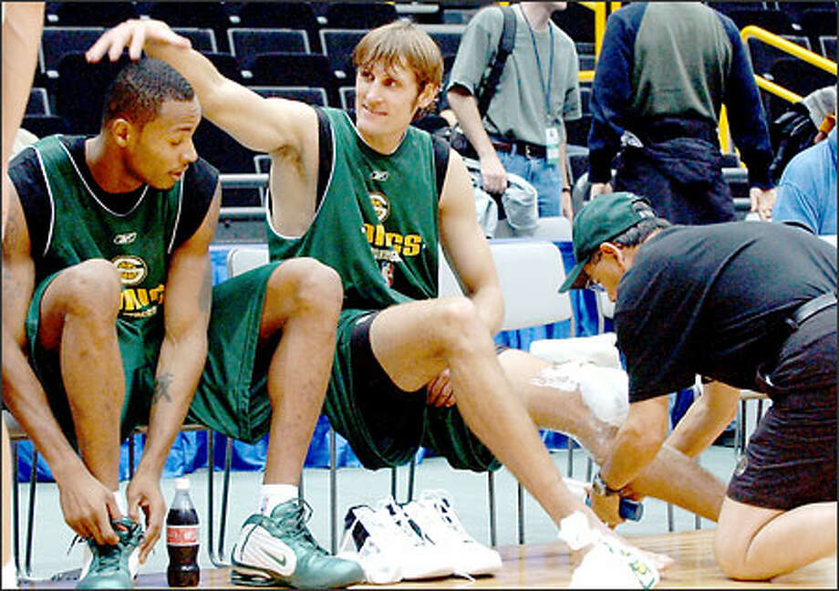 Sonics guard Brent Barry pats the head of teammate Rashard Lewis during the team's workout at Saitama Super Arena yesterday. Photo: Associated Press