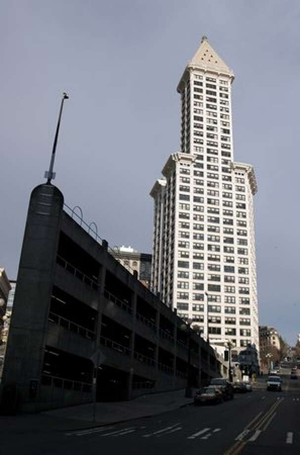 The Sinking Ship parking garage and the Smith Tower. March 13, 2006. Photo: P-I File / P-I File
