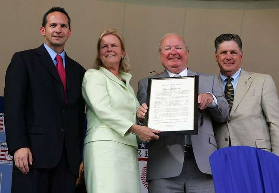Dave Niehaus (2nd R) accepts Ford C. Frick award from (L-R) National Baseball Hall of Fame President Jeff Idelson, Hall of Fame chairman Jane Forbes Clark, and Hall of famer Tom Seaver at Clark Sports Center during the Baseball Hall of Fame induction ceremony on July 27, 2008 in Cooperstown, New York. Photo: Getty Images / Getty Images
