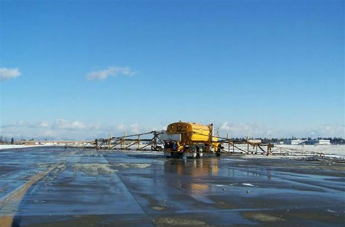 Crews clear snow at Sea-Tac Airport. (Perry Cooper/Port of Seattle)