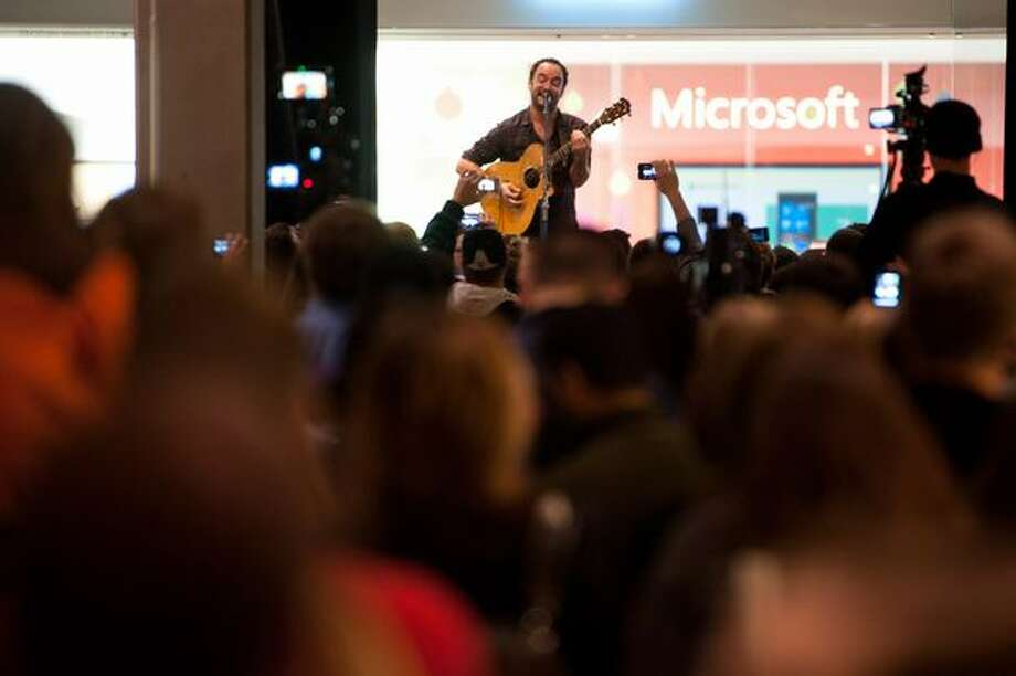 Dave Matthews plays a surprise show in front of the new Microsoft store in Bellevue Square. Part of opening celebrations. Photo: Elliot Suhr, Seattlepi.com