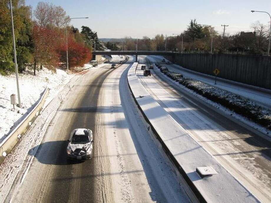 Traffic is light on state Route 520 (facing east from Seattle) on Tuesday, the day after a snowstorm blew into Seattle. Photo: Vanessa Ho, Seattlepi.com