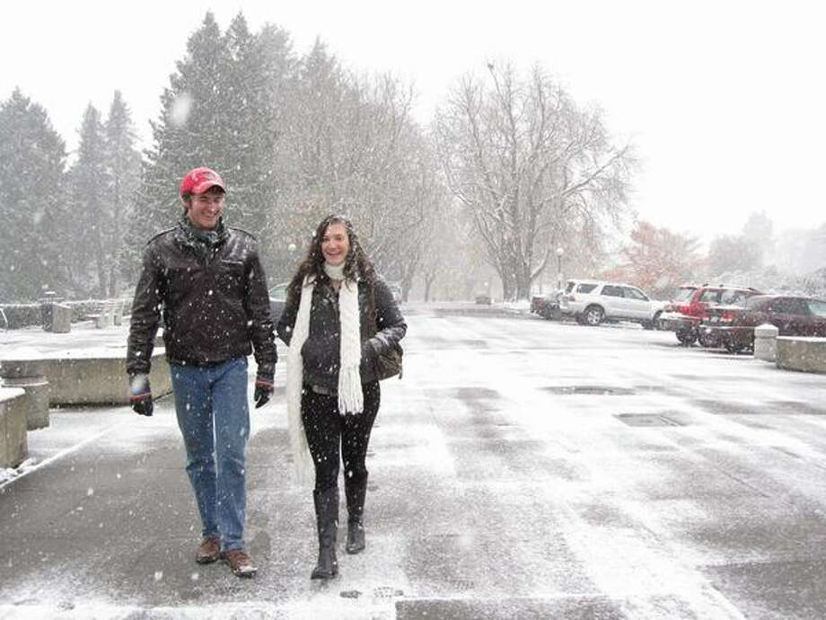 A man and woman walk in the snow in Volunteer Park in Capitol Hill. Photo: Vanessa Ho, Seattlepi.com