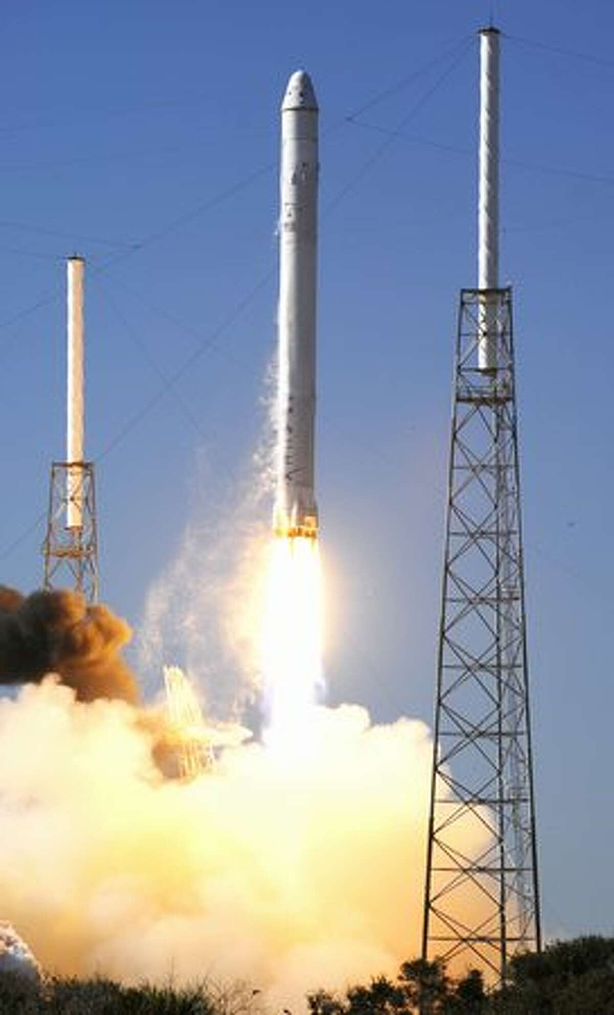 SpaceX's Falcon 9 rocket lifts off from launch pad 40 at Cape Canaveral, Fla.