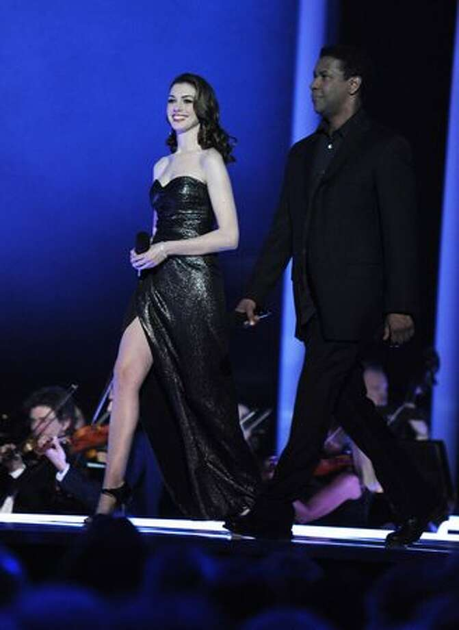 Anne Hathaway and Denzel Washington present the Nobel Peace Prize Concert. Photo: Getty Images