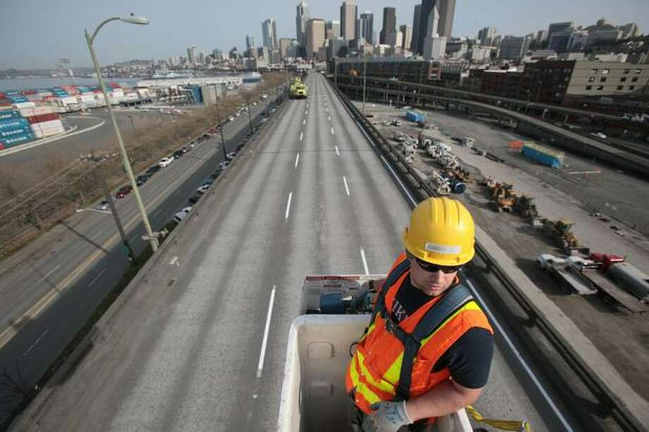 Rodney Pelham operates a lift on the Alaskan Way Viaduct during an inspection of the structure. Photo: Joshua Trujillo, Seattlepi.com