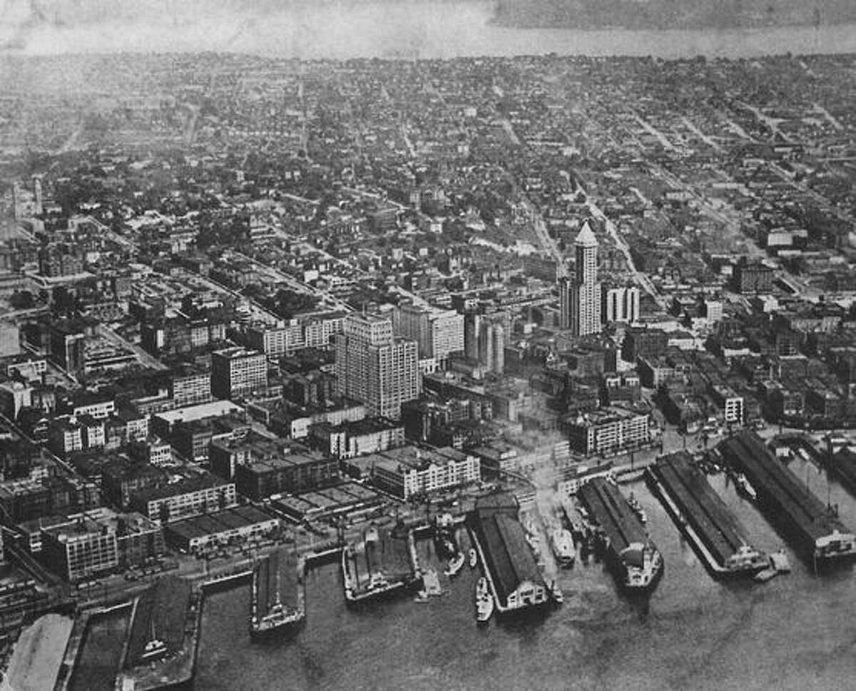 A 1932 photo of the downtown Seattle waterfront with the Smith Tower on the right.
