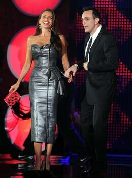 Actors Sofia Vergara (L) and Hank Azaria speak onstage. Photo: Getty Images