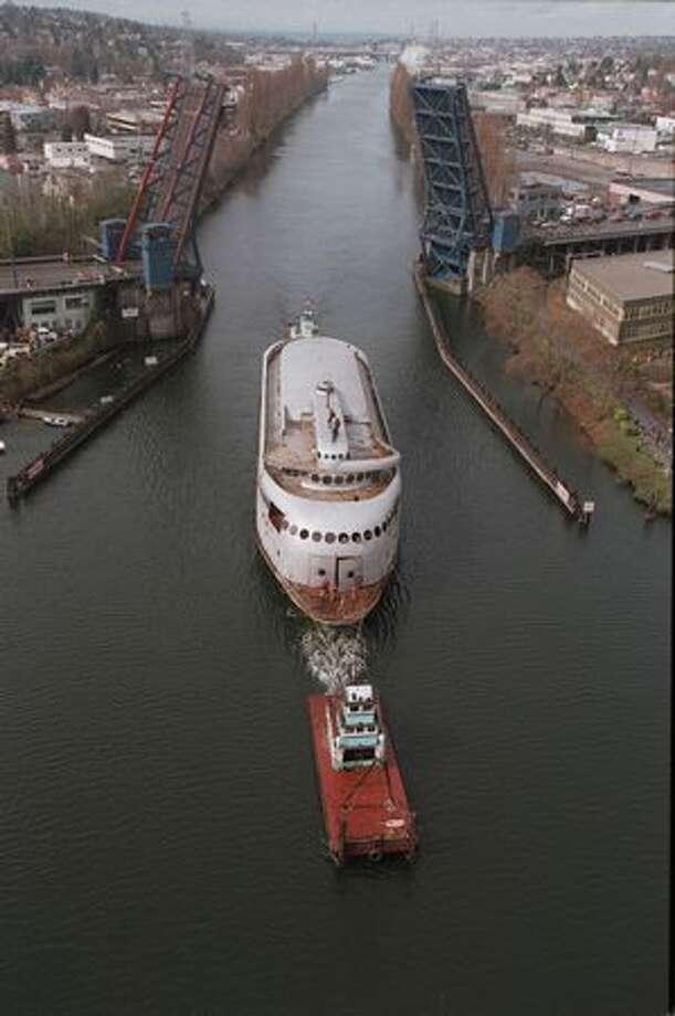 The Kalakala makes it way up the Lake Washington Ship Canal past the Fremont Bridge, March 17, 1999. Photo: P-I File