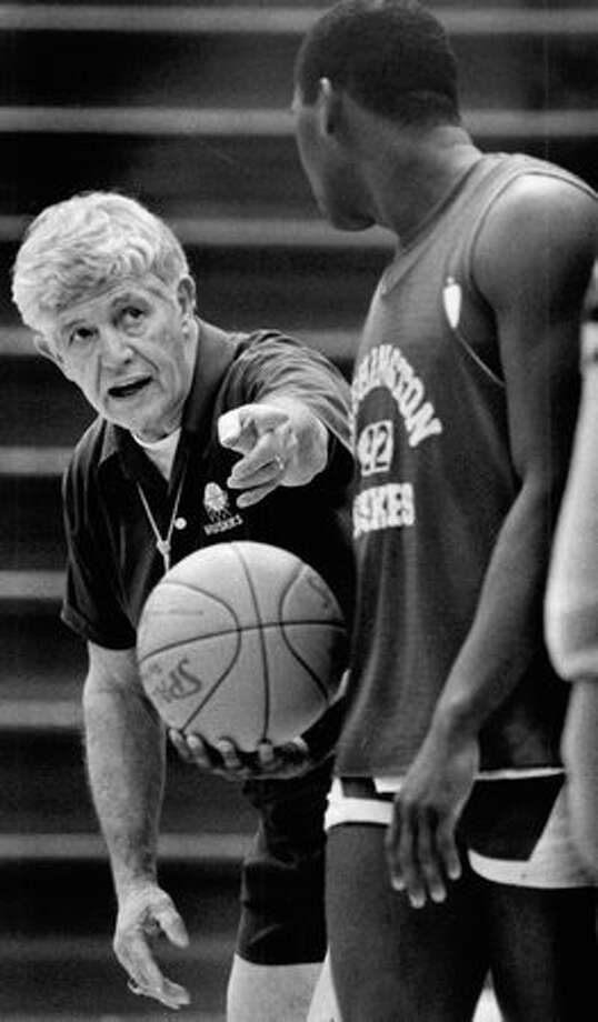 Marv Harshman talks with Shag WIlliams during practice at the University of Washington, November 20, 1984. Photo: P-I File