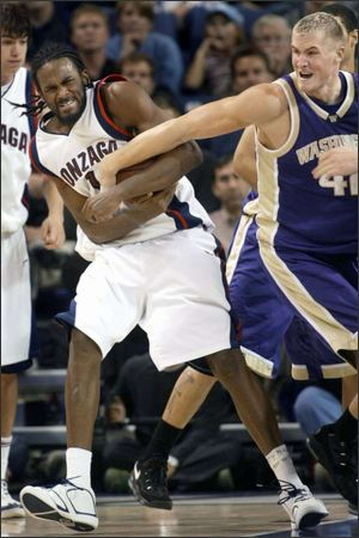 Gonzaga forward Ronny Turiaf and Washington's Mike Jensen wrestle for a rebound in the second half.