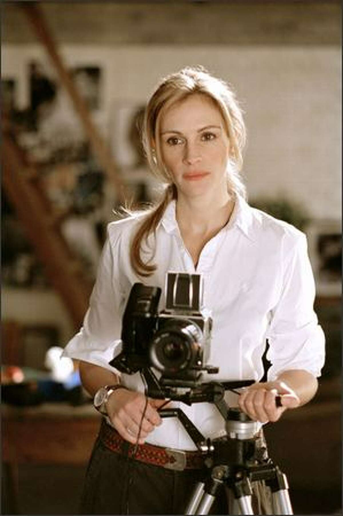 As the story begins, Anna (Julia Roberts) is a newly divorced photographer.