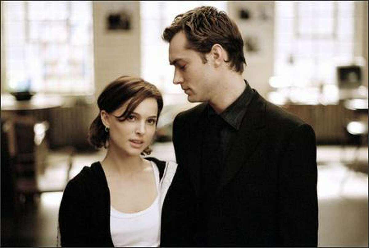 Alice (Natalie Portman) becomes Dan's (Jude Law) muse, spurring the frustrated novelist to blossom.