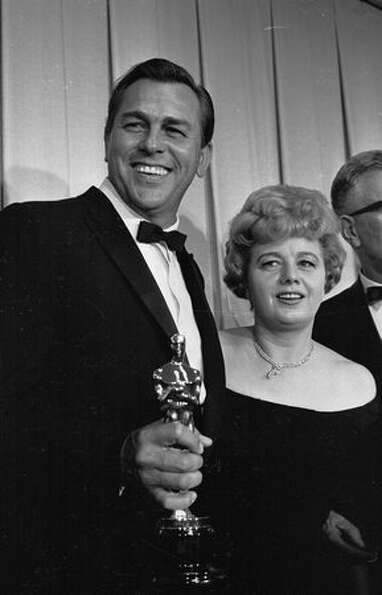 1962: Actress Shelley Winters with actor and singer Howard Keel, holding an Oscar, in Hollywood. Kee