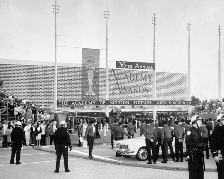 1964: Crowds gathered outside the Beverly Hills Hilton Hotel in Hollywood for the Academy Awards ceremony. Photo: Getty Images