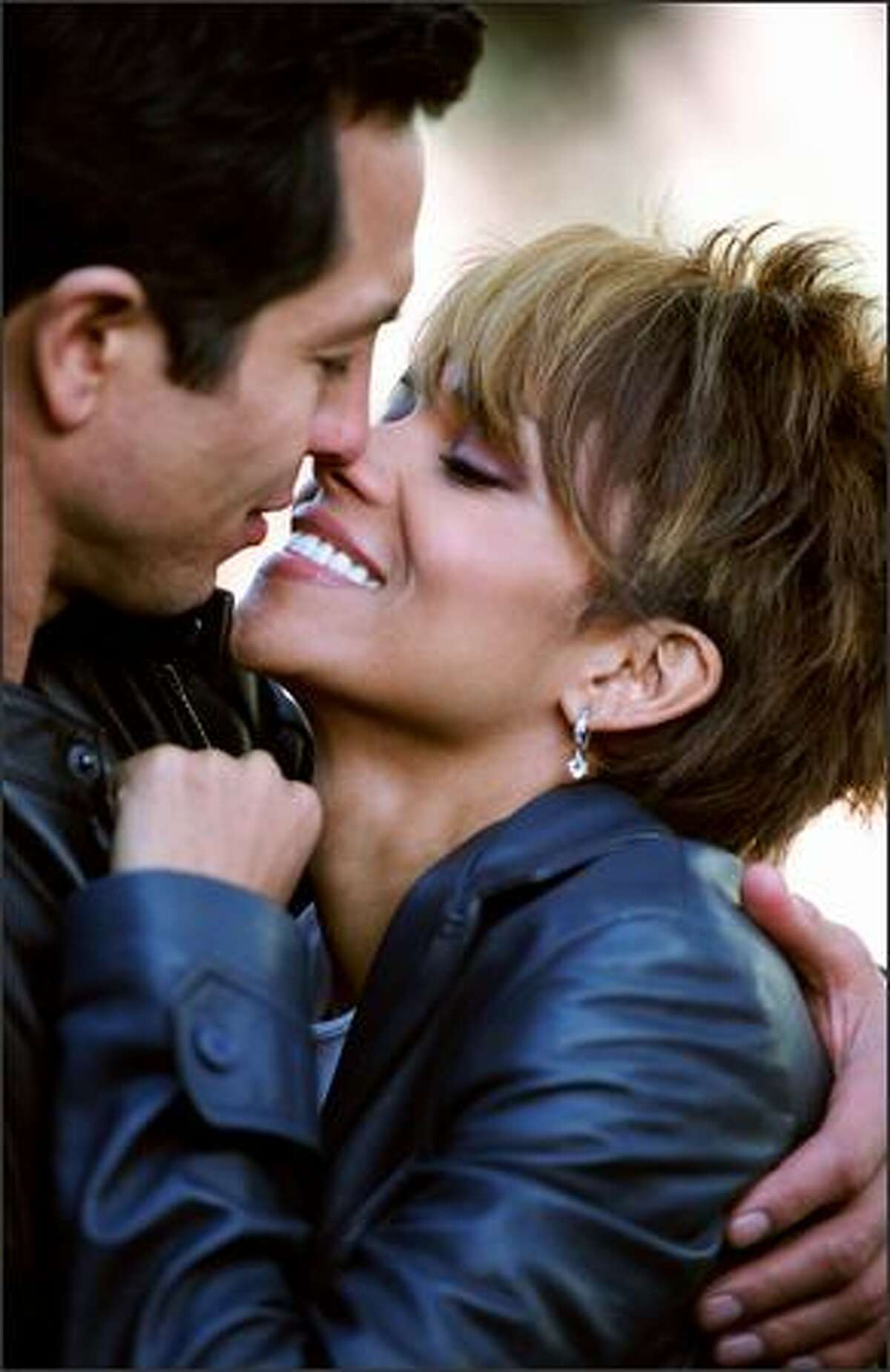 Straight-arrow cop Tom Lone (Benjamin Bratt) finds himself falling for Patience (Halle Barry) ...