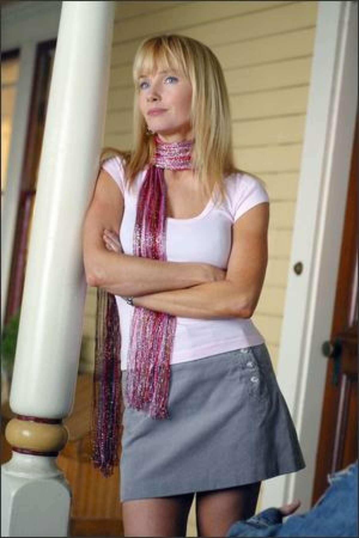 Rebecaa De Mornay plays Terri's (Hilary Duff) aunt in